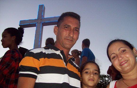Este holguinero fue con su esposa y su hija a pagar una promesa hecha por la enfermedad de su madre. Foto: Susana Tesoro/ Cubadebate.