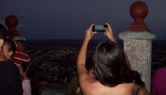 Llevarse la imagen de la Cruz y de la ciudad de Holguín era el trofeo de la subida. Foto: Susana Tesoro/ Cubadebate.