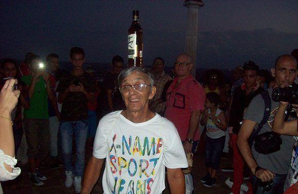 Con una botella de ron sobre su cabeza, subió este señor la Loma hasta llegar a la Cruz. Foto: Susana Tesoro/ Cubadebate.