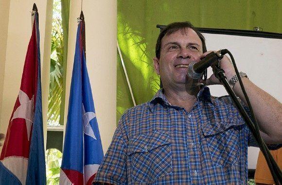 Fernando González Llort, Héroe de la República de Cuba y presidente del ICAP, conversa vía telefónica con el líder puertoriqueño Oscar López Rivera. Foto: Ismael Francisco/ Cubadebate.