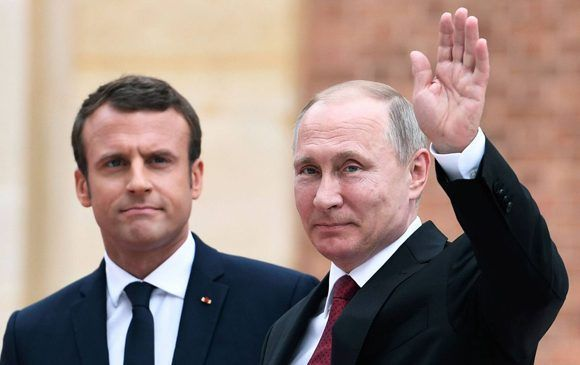 Los presidentes Macron y Putin este lunes en Versalles. Foto: AFP.