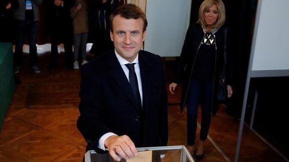 Emmanuel Macron en el momento de depositar su voto. Foto: AFP.