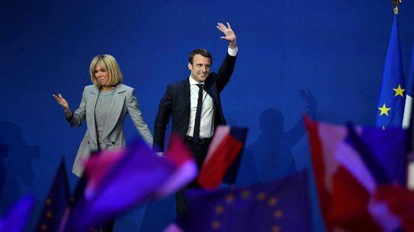 Emmanuel Macron y su esposa Brigitte Trogneux en el cierre de la campaña por la primera vuelta de las elecciones francesas en el Parc des Expositions de París. Foto: AFP.