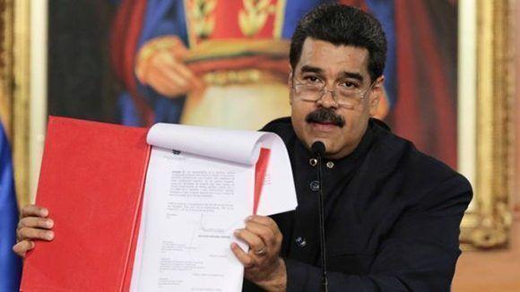 Maduro al momento de firmar el decreto para la convocatoria de la Asamblea Constituyente el pasado 1ro de mayo. Foto: Reuters.