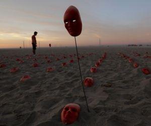 Máscaras rojas aparecen en la Playa de Copacabana. Foto: EFE.
