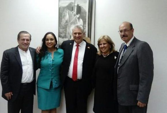 Díaz-Canel junto a miembros de miembros de su la Directiva Nacional de Alianza PAIS. Foto: CubaMinrex.