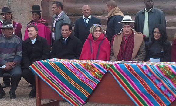 Miguel Díaz-Canel participó en una ceremonia ancestral en Tiwanaku y vistió un traje tradiconal.Foto: Twitter/ @MRE_Bolivia.