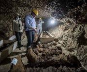 El Ministro de Antiguedades egipcio, Khaled el-Enany (centro),  habla con reporteros el 13 de mayo de 2017 tras descubrir 17 momias en unas catacumbas de Tuna el Yebel. Foto: AFP.