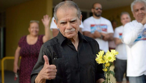 Oscar López Rivera saluda a sus simpatizantes tras recuperar la libertad. Foto: AP.