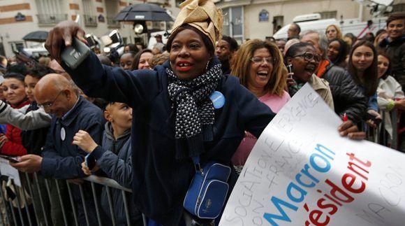 Una partidaria de Macron celebra la victoria del candidato en París. Foto: AP.