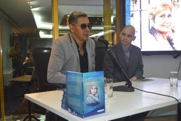 """Paulo Fernández Gallo, hijo de Cary Gallo, Tuvo a su cargo, las palabras iníciales de la presentación de """"Voz y luz de poesía"""". Foto: Marianela Dufflar/ Cubadebate."""