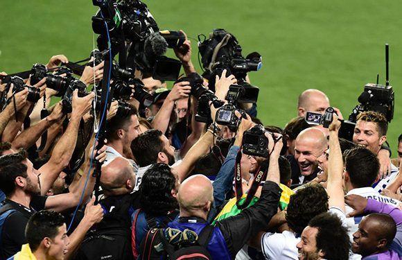 La prensa rodea al entrenador y los jugadores del Real Madrid, luego de proclamarse campeones por 33 ocasión en su historia. Foto: AFP.