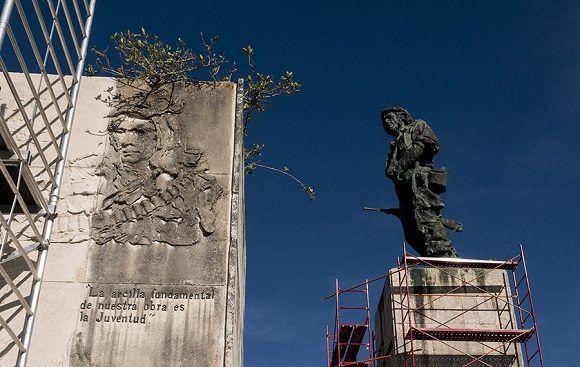Restauración de la Tribuna del Complejo Escultórico Ernesto Guevara, de Santa Clara. Foto: Jennifer Romero/Cubadebate.