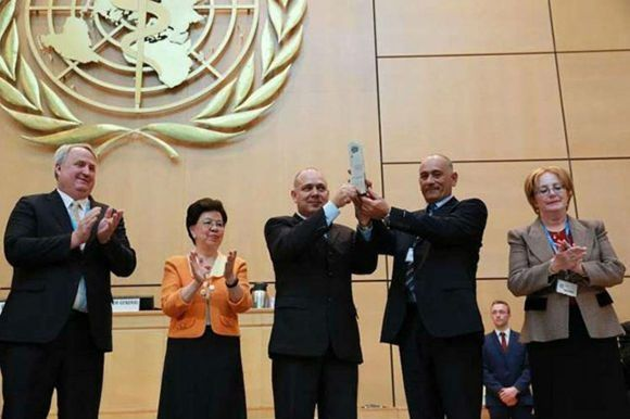 Roberto Morales, ministro de Salud de Cuba, recibe en Ginebra el Premio a la Brigada Henry Reeve.