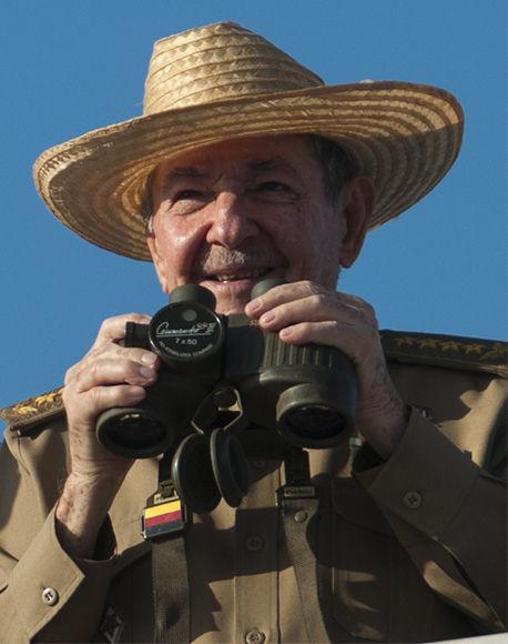 El presidente cubano Raúl Castro durante el desfile. Foto: Irene Pérez/ Cubadebate.