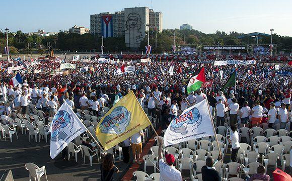 Más de mil 600 extranjeros, representantes de 349 organizaciones sindicales, pertenecientes a 86 países, marcharon junto a los cubanos en la capital. Foto: Irene Pérez/ Cubadebate.