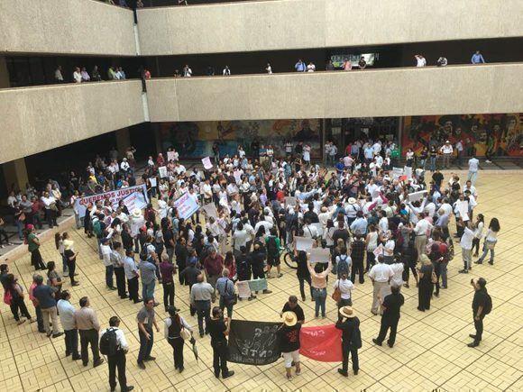 Protesta en Palacio de Gobierno de Sinaloa por la muerte del periodista Javier Valdez. Foto: Mireya Cuéllar/ La Jornad.