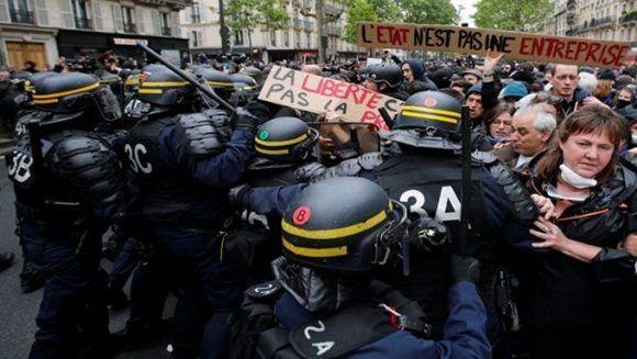 La policía usó bombas lacrimógenas y balas de goma para contener a los manifestantes. | Foto: Reuters.