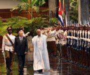 El General de Ejército Raúl Castro Ruz (C izq.), Presidente de los Consejos de Estado y de Ministros, junto a Brahim Ghali (C der.), presidente de la República Árabe Saharaui Democrática (RASD), en la ceremonia de recibimiento oficial, en el Palacio de la Revolución, en La Habana, Cuba, e el 26 de mayo de 2017. Foto: ACN/ Marcelino Vázquez.