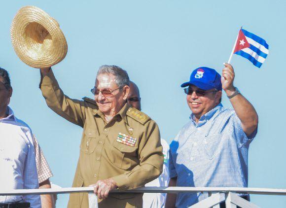 El General de Ejército Raúl Castro Ruz (I), Primer Secretario del Comité Central del Partido Comunista de Cuba (PCC) y Presidente de los Consejos de Estado y de Ministros, presidió el multitudinario desfile por el Primero de Mayo en la Plaza de la Revolución José Martí, a su lado Ulises Guilarte de Nacimiento, miembro del Buró Político y secretario general de la Central de Trabajadores de Cuba (CTC), en La Habana, el 1 de mayo de 2017.  Foto: ACN/ Marcelino Vázquez.