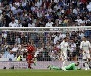 El delantero montenegrino Sevilla FC Stevan Jovetic (i) celebra su gol, primero del equipo ante el Real Madrid, durante el encuentro correspondiente a la jornada 37 de Liga en Primera División en el estadio Santiago Bernabéu, en Madrid. Foto: EFE.