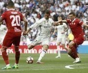 El delantero portugués del Real Madrid Cristiano Ronaldo (c) disputa un balón con el defensa portugués Daniel Carriço, del Sevilla, durante el partido de la trigésima séptima jornada de la Liga de Primera División en el estadio Santiago Bernabéu, en Madrid. Foto: EFE.