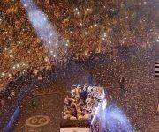 Los merengues celbran por todo lo alto su victoria liguera. Foto: EFE