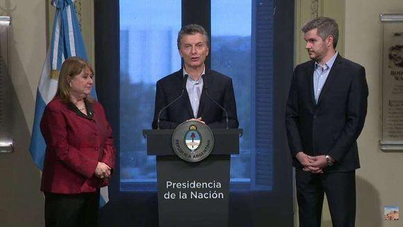 Macri junto a Malcorra y el jefe de Gabinete, Marcos Peña, cuando anuncian la renuncia de la ministra de Relaciones Exteriores. Foto: Presidencia.