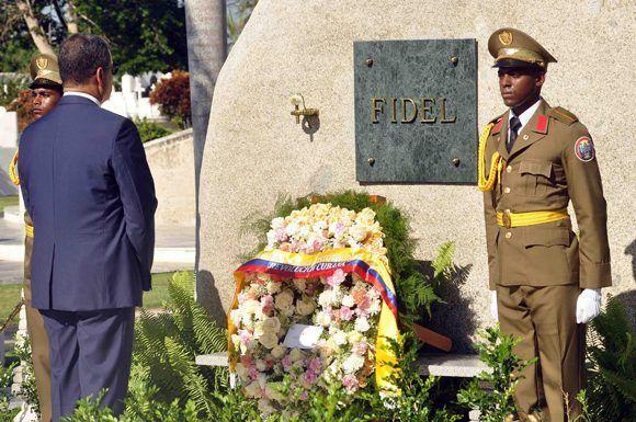 El presidente de la República del Ecuador, Rafael Correa Delgado, depositó una ofrenda floral en el monolito donde descansan los restos del Comandante en Jefe Fidel Castro Ruz, en el cementerio Santa Ifigenia, en Santiago de Cuba, el 4 de mayo de 2017. ACN FOTO/Miguel RUBIERA JÚSTIZ/ogm