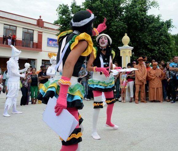 Con sus estatuas humanas y payasos el grupo D'Morón Teatro presentó el divertimento callejero en las Romerías de Mayo, en Holguín, Cuba, el 7 de mayo de 2017. ACN FOTO/Oscar ALFONSO SOSA/sdl