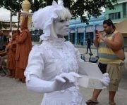 Las estatuas humanas regalaron alegría en el divertimento callejero presentado por el grupo D'Morón Teatro en las Romerías de Mayo, en Holguín, Cuba,  el 7 de mayo de 2017. ACN FOTO/Oscar ALFONSO SOSA/sdl
