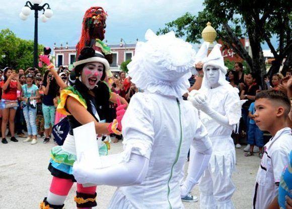 Escena del divertimento callejero presentado por el grupo D'Morón Teatro en las Romerías de Mayo, en Holguín, Cuba, el 7 de mayo de 2017. ACN FOTO/Oscar ALFONSO SOSA/sdl