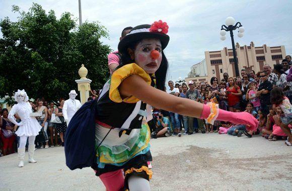 Divertimento callejero presentado por el grupo D'Morón Teatro en las Romerías de Mayo, en Holguín, Cuba, el 7 de mayo de 2017. ACN FOTO/Oscar ALFONSO SOSA/sdl