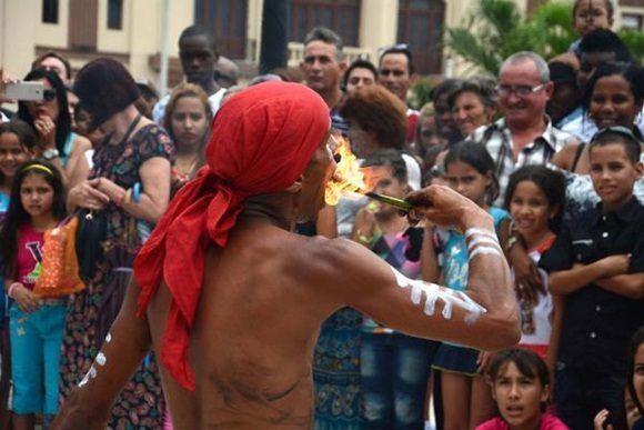 Escena del divertimento callejero presentado por el grupo D'Morón Teatro en las Romerías de Mayo, en Holguín, Cuba,el 7 de mayo de 2017. ACN FOTO/Oscar ALFONSO SOSA/sdl