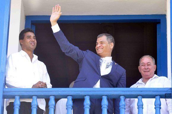 El presidente de la República del Ecuador, Rafael Correa Delgado, saludó a los ciudadanos concentrados en el Parque Céspedes de Santiago de Cuba, luego de recibir la Condición de Hijo Ilustre de la Ciudad, el 4 de mayo de 2017. ACN FOTO/Miguel RUBIERA JÚSTIZ/ogm