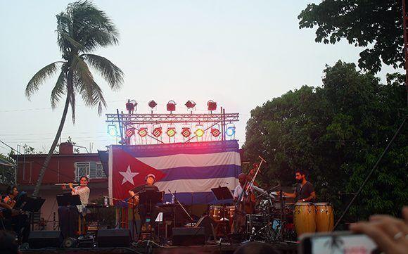 Silvio Rodríguez durante su concierto 83 por los Barrios, en el Parque de la Herradura, municipio San Miguel del Padrón. Foto: José Raúl/ Cubadebate.