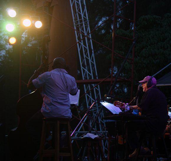 Silvio canta al atardecer en el Parque de la Herradura. Foto: José Raúl/ Cubadebate.