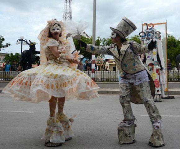 El grupo de teatro Dluz, de Camaguey, durante la presentación de la obra Contra Reloj, en el espacio Teatrando, en las Romerías de Mayo, en Holguín, Cuba, el 6 de mayo de 2017. ACN FOTO/Oscar ALFONSO SOSA/sdl