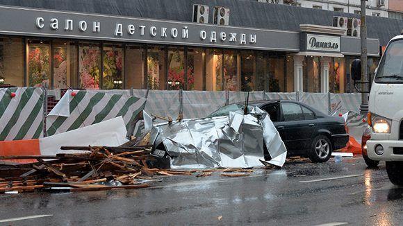 Un fuerte vendaval ha sacudido este lunes la capital rusa cobrándose al menos seis vidas. Los usuarios de las redes sociales están compartiendo las imágenes de este virulento fenómeno que ha sacudido Moscú. Foto: Sputnik.
