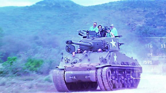 Turistas de todas partes del mundo viajan a un pueblo en Texas para disparar tanques de guerra reales. Foto: Univision.
