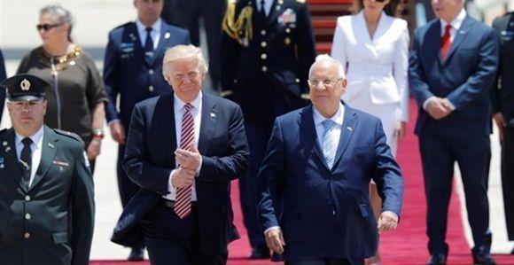 Donald Trump junto a Reuven Rivlin a su llegada Israel. AMIR COHEN/REUTERS