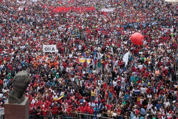 El pueblo acudió a la sede del Consejo Nacional Electoral para apoyar a Maduro. Foto: @PresidencialVen/ Twitter.