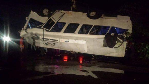 """Un autobús se estrelló """"al tratar de esquivar una barricada"""" en la ruta Puerto Cabello-Valencia, fallecieron dos personas. Foto: @galindojorgemij/ Twitter."""
