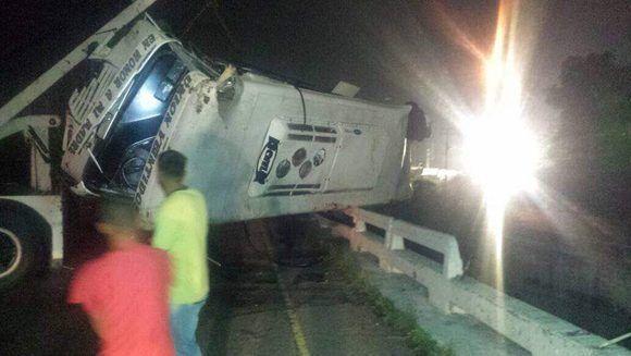 """""""Volcó vehículo ENCAVA cuando trataba de esquivar barricadas en Dist Girardot entre el peaje la entrada"""", dijo Protección Civil. Foto: @galindojorgemij/ Twitter."""