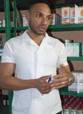 Yosmany Tamayo, administrador de la farmacia principal del Cerro, afirma que es obligación localizar en cualquier parte de la ciudad el fármaco que no posee en sus estantes.