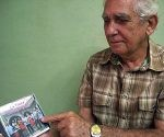 Enzo muestra uno de los grupos camagüeyanos que el registra en su hobby. Foto cortesía del autor.