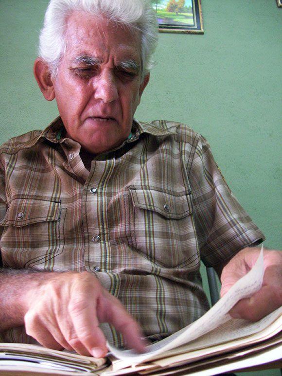 Enzo muestra los apuntes que tiene de la música de Camagüey. Foto cortesía del autor.