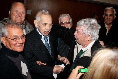 Orlando Bosh y Luis Posada Carriles se saludan en el 2010 en la presentación de las memorias de Bosch. Detrás de ellos, Angel de Fana. Foto: Huffington Post