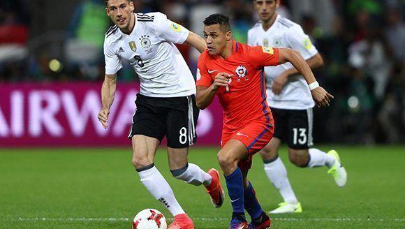 Alexis Sánchez de Chile es perseguido por Leon Goretzka de Alemania en la Copa Confederaciones. Foto: Getty Images.