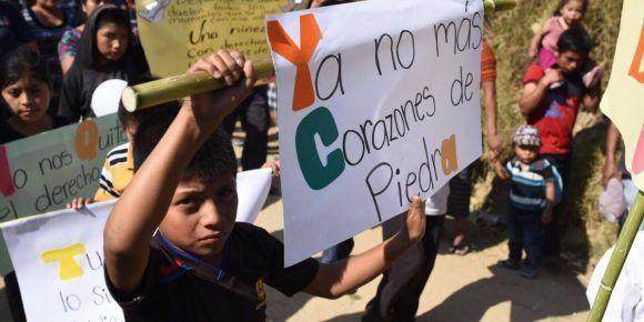 Amigos se despiden de los niños asesinados en San Juan Sacatepéquez en Guatemala.